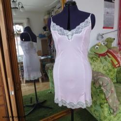 Unterkleid aus zartrosa...